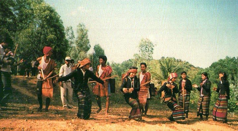 Bru-Van Kieu dancing - holylandvietnamstudies.com